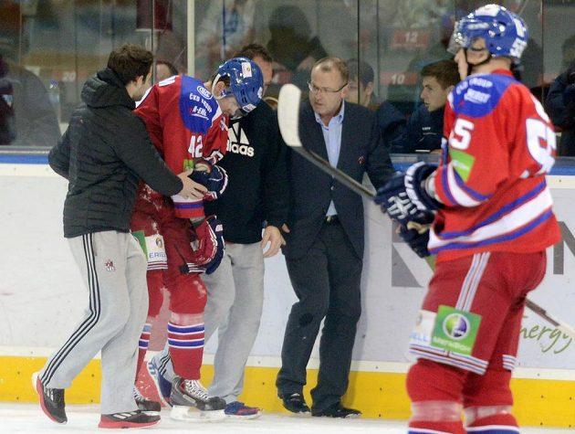 Zraněný útočník Lva David Ullström opouští ledovou plochu.