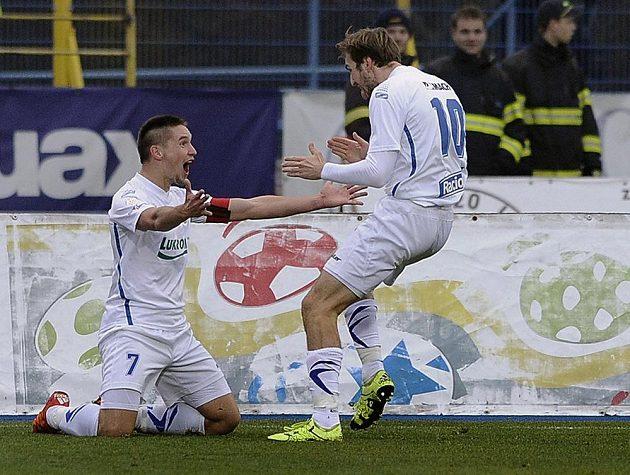 Lukáš Železník (vlevo) a Tomáš Poznar ze Zlína se radují z gólu v Jihlavě.