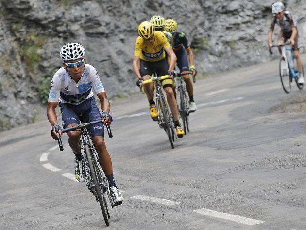 Kolumbijec Nairo Quintana (vpředu) atakoval Chrise Frooma (ve žlutém) marně, nakonec skončil druhý se ztrátou 1:12 min.