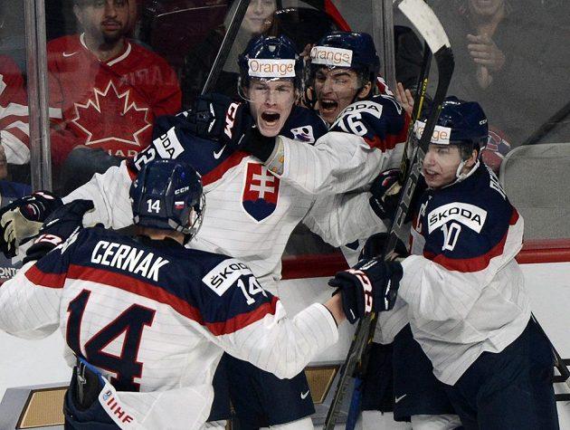 Radost slovenských hokejistů do 20 let z vítězství ve čtvrtfinále MS nad českými mladíky.