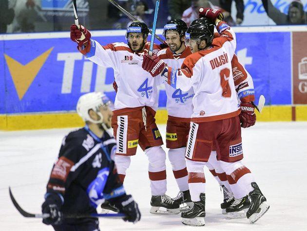 Hráči Olomouce se radují z druhé branky proti Plzni. Zleva střelc gólu František Skladaný, Lukáš Nahodil a Tomáš Dujsík.