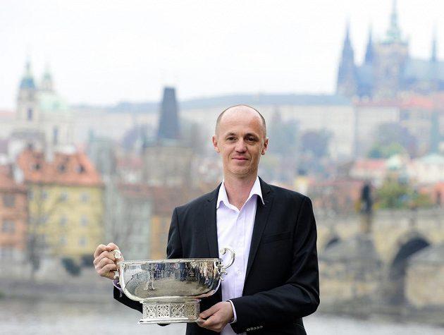 Kapitán českého fedcupového týmu Petr Pála se těší s pohárem.