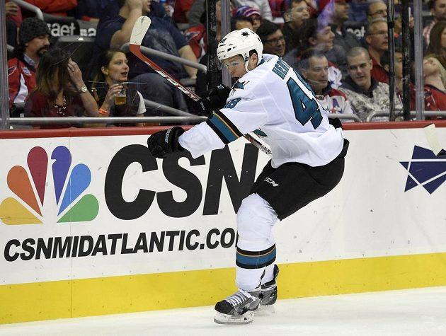 Tomáš Hertl oslavuje jeden z pěti vstřelených gólů San Jose Sharks na ledě Washingtonu.
