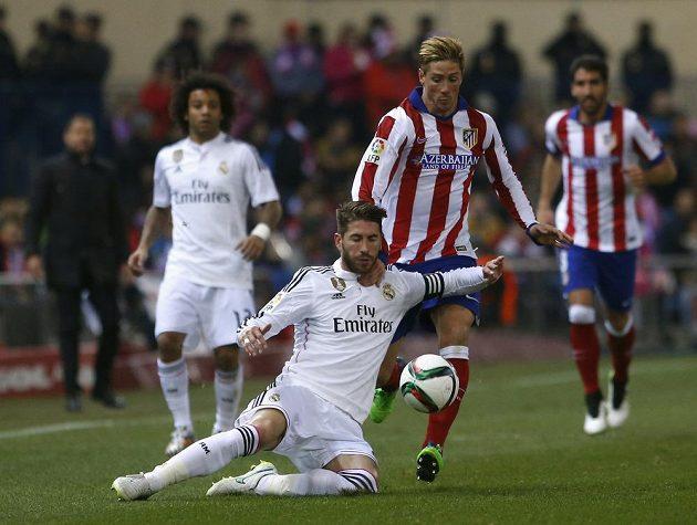 Útočník Atlétika Madrid Fernando Torres (druhý zprava) v souboji s obráncem Realu Sergiem Ramosem.