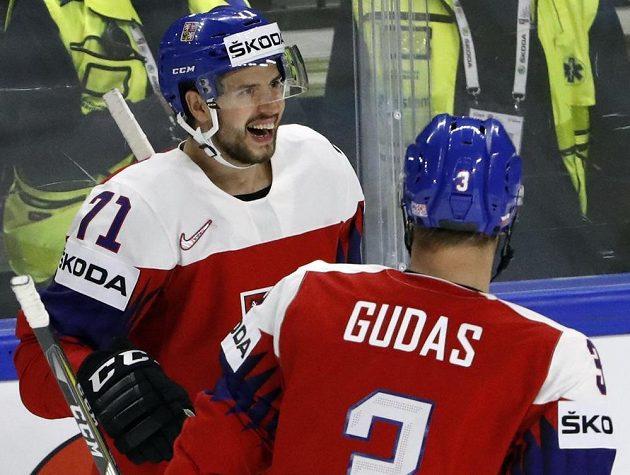 Rozesmátý Tomáš Hyka přijímá gratulace ke gólu od Radko Gudase.
