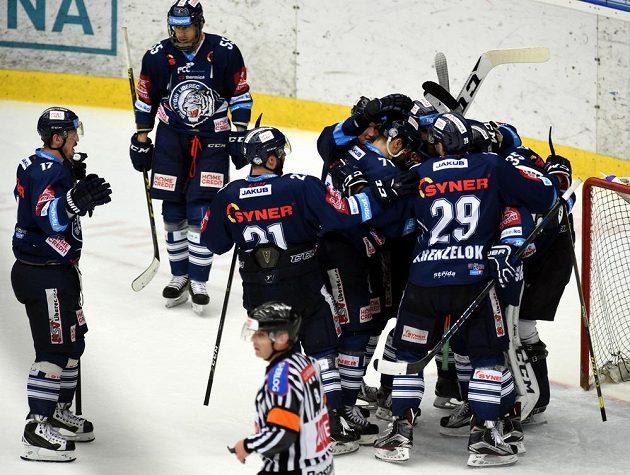 Liberečtí hráči se radují z vítězství a postupu do finále extraligy. Tam se utkají s hokejisty Komety Brno.
