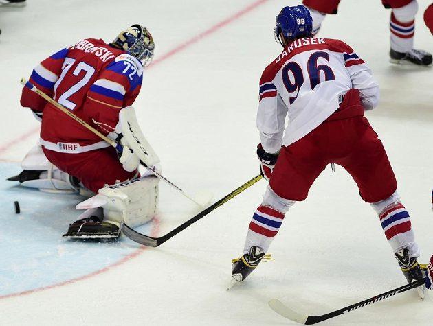 Brankář ruské reprezentace Sergej Bobrovskij injasuje první gól proti české reprezentace. Vpravo Richard Jarůšek.
