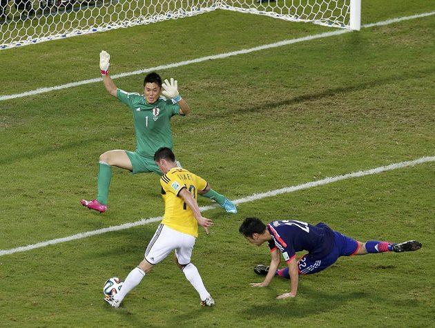 Kolumbijský záložník James Rodríguez (ve žlutém dresu) střílí gól do sítě Japonska.