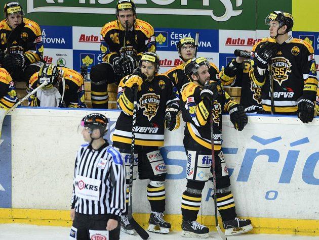 Zklamaní hokejisté Litvínova po skončení zápasu se Slavií.