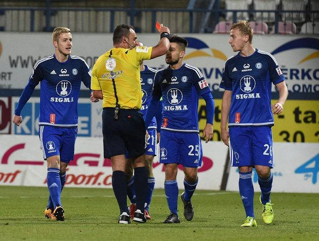 Uroš Radakovič z Olomouce (vpravo) dostal červenou kartu od rozhodčího Ondřeje Lercha v utkání s Plzní.