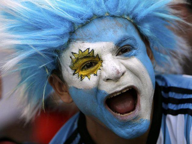 Excentrický fanoušek Argentiny při zápase proti Íránu.