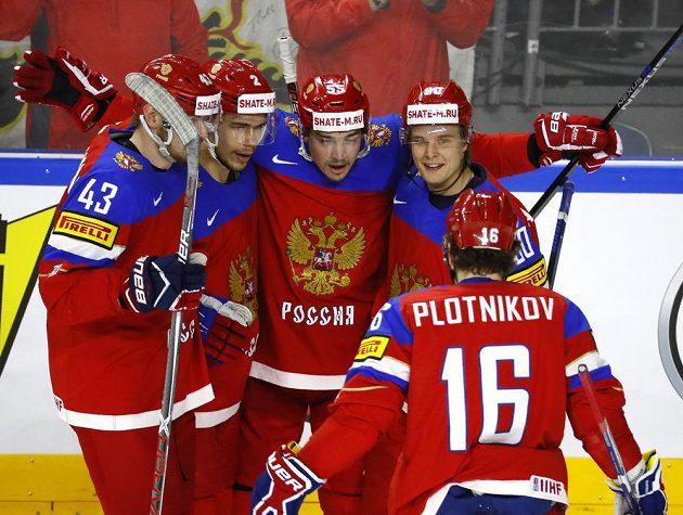 Hokejisté Ruska slaví gól vstřelený Finsku v duelu o bronzové medaile z MS v Německu.