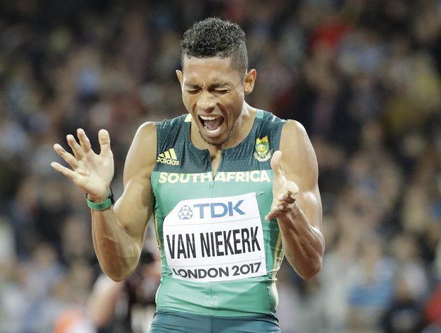 Jihoafričan Van Niekerk se po finále běhu na 200 metrů na atletickém MS v Londýně zlobil. Na zlato nedosáhl.