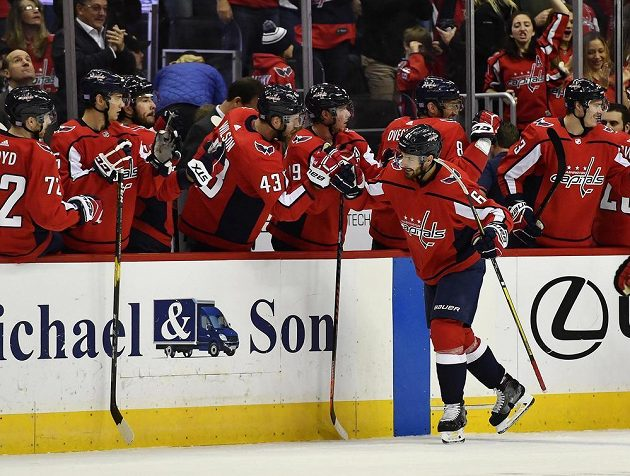 Obránce Washingtonu Michal Kempný (6) zaznamenal svůj první gól v této sezoně NHL, Trefil se do sítě Chicaga Blackhawks a se spoluhráči měl co slavit.