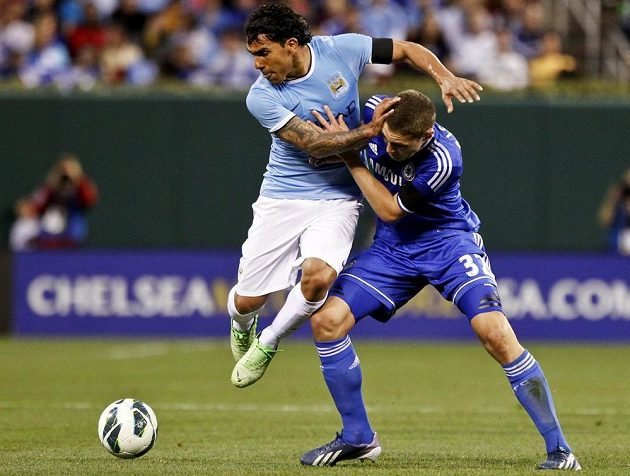 Carlos Tévez (vlevo) z Manchesteru City bojuje o míč s Andreasem Christensenem z Chelsea.