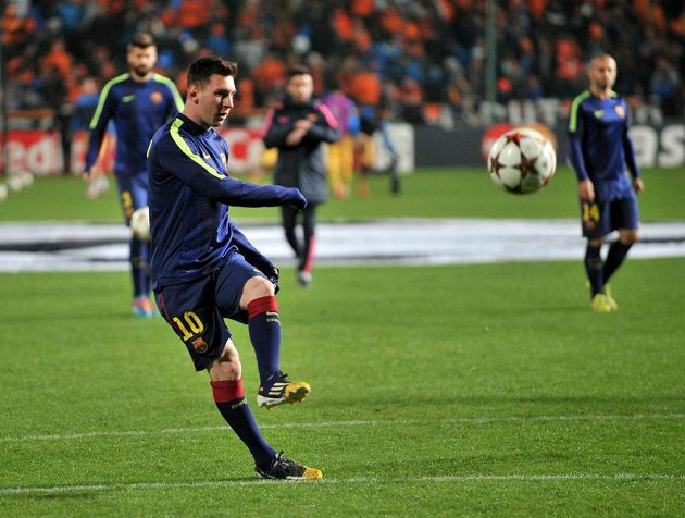 Lionel Messi střílí gól proti Apoelu Nikósie.