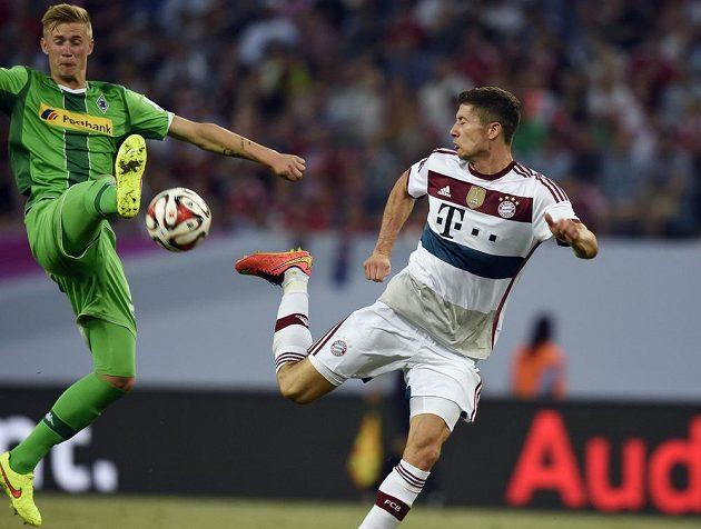 Robert Lewandowski v souboji s brankářem Borussie Mönchengladbach Marvinem Schulzem.