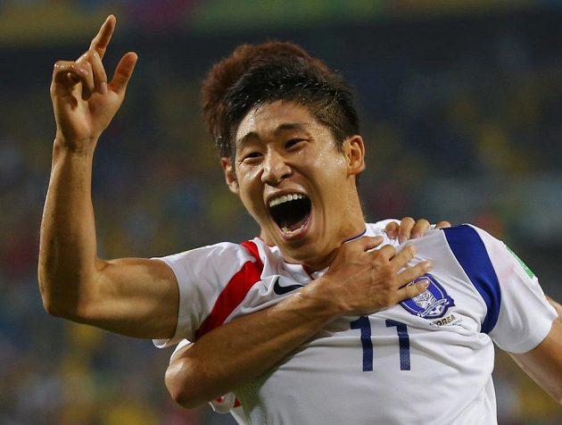 Korejec I Kun-ho slaví vedoucí gól svého týmu v zápase proti Rusku.