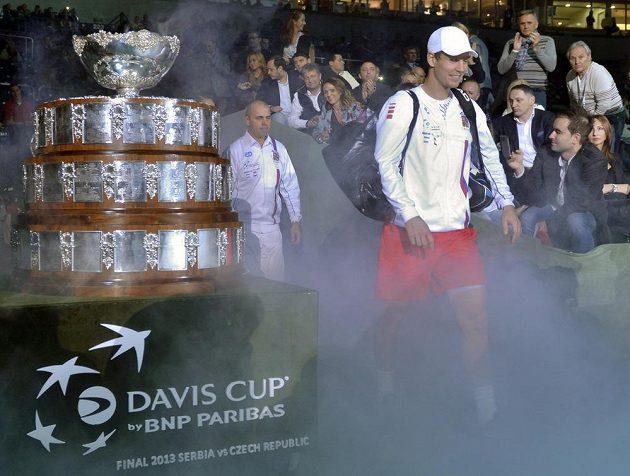 Tomáš Berdych přichází na kurt před utkáním proti srbské jedničce Novaku Djokovičovi.
