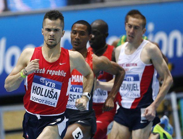Jakub Holuša v čele rozběhu na 1500 m, nakonec finišoval druhý.