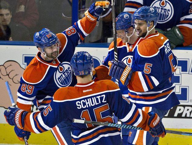Edmontonští Sam Gagner (89), Nick Schultz (15), Aleš Hemský (83) a Mark Fraser (5) slaví jednu z branek proti Ottawě.
