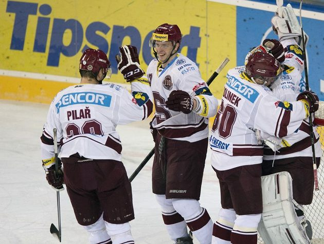 Hokejisté Sparty se radují z vítězství v derby proti Slavii.