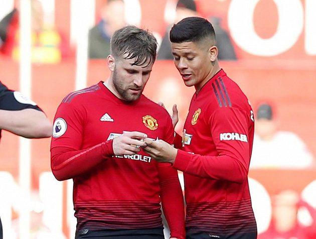 Fotbalista Marcos Rojo (vpravo) by měl podle anglických médií v létě v Manchesteru United skončit.