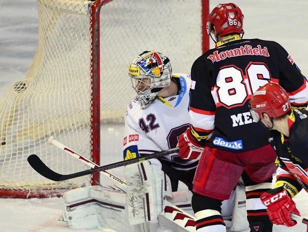 Tomáš Mertl z Hradce Králové (zády) dává gól sparťanskému brankáři Tomáši Pöpperlemu.
