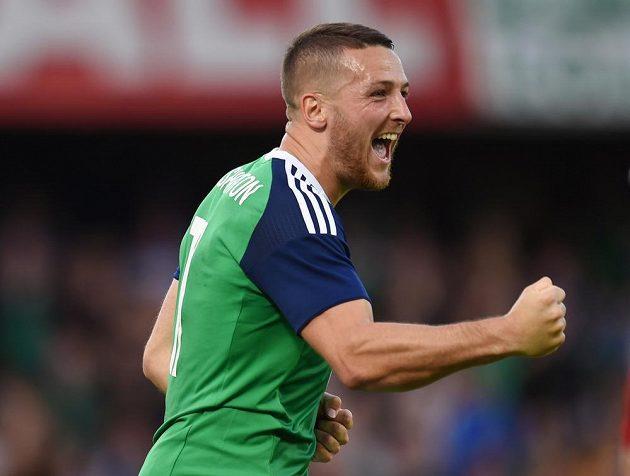 Severoirský fotbalista Conor Washington slaví gól proti Bělorusku.