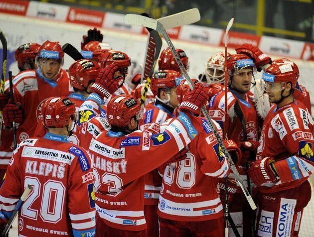 Hokejisté Třince se radují z vítězství v Litvínově.