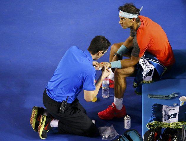Španělský tenista v péči lékaře během semifinálového utkání Australian Open s Rogerem Federerem.