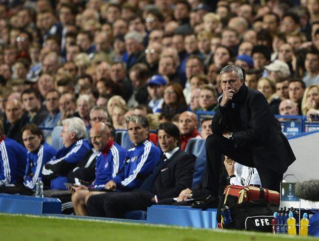 Zadumaný trenér Chelsea José Mourinho během utkání Ligy mistrů s Basilejí.