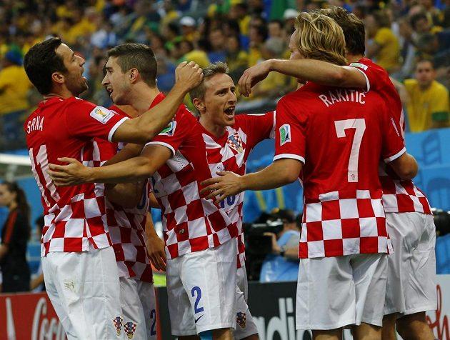 Fotbalisté Chorvatska slaví gól v síti Brazílie.