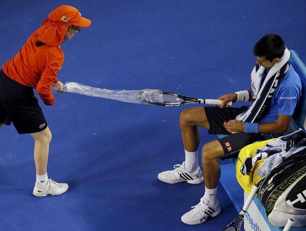 Čas na výměnu rakety pro Novaka Djokoviče v semifinále Australian Open.