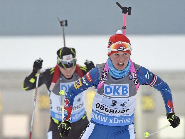 Veronika Vítková předběhla Francouzku Anais Bescondovou a dovezla českou štafetu do cíle na prvním místě.