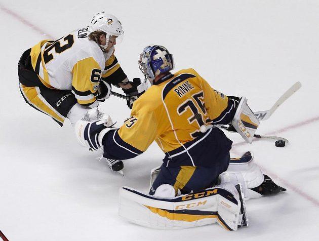 Švéd Carl Hagelin z Pittsburghu Penguins zkouší překonat brankáře Nashvillu Predators Pekku Rinneho v šestém souboji o Stanley Cup. Tučňáci nakonec vyhráli 2:0 a obhájili trofej.