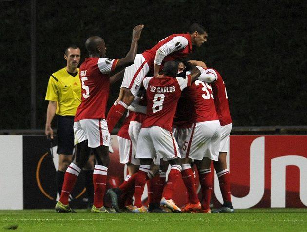 Fotbalisté Bragy se radují z vyrovnávacího gólu ve čtvrtečním zápase Evropské ligy proti Liberci.