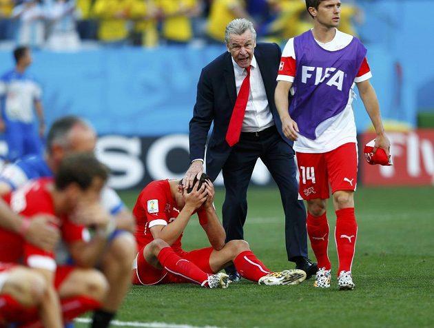 Trenér Ottmar Hitzfeld (druhý zprava) utěšuje švýcarské fotbalisty po porážce s Argentinou.