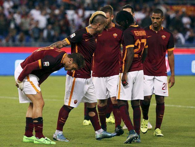 Francesco Totti (vlevo) z AS Řím se v zápase s Carpi zranil.