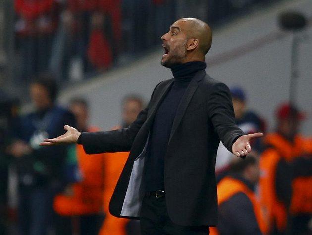 Gestikulující kouč Bayernu Josep Guardiola.