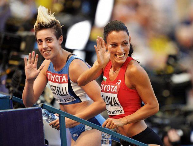 Bulharská sprinterka Ivet Lalovová (vpravo) zdraví diváky na stadiónu v Lužnikách.
