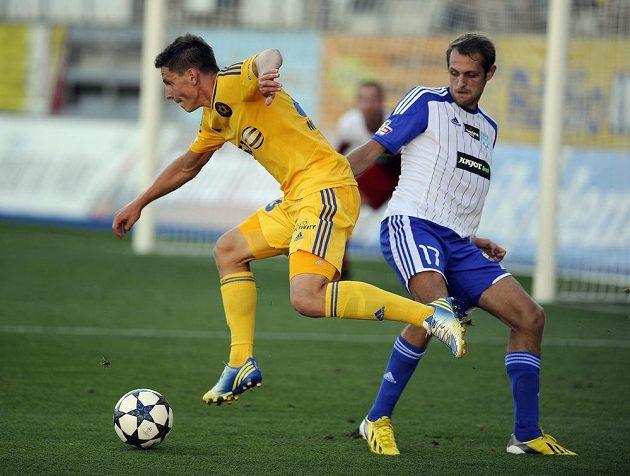 Jihlavský záložník Lukáš Masopust (vlevo) se snaží obejít znojemského obránce Jana Mudru v utkání 3. kola Gambrinus ligy.