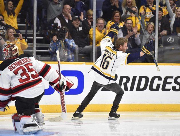 Country zpěvák Dierks Bentley (16) z pořádajícího Nashvillu překonává při nájezdech Coryho Schneidera (35) z New Jersey během dovednostních soutěžích NHL.