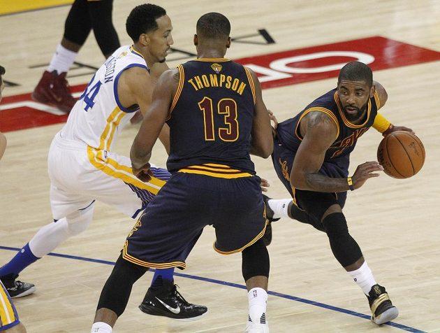 Rozehrávač Clevelandu Kyrie Irving (vpravo) si snaží najít místo pro střelbu ve finálovém zápasu NBA.