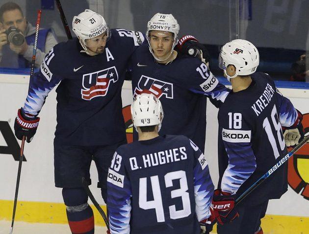 Clayton Keller (uprostřed) slaví se svými spoluhráči z týmu USA gól proti Velké Británii