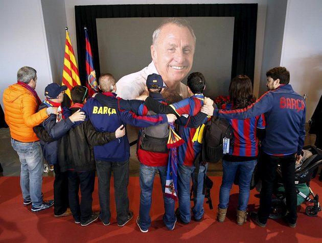 Barcelonští fanoušci vzpomínají na svou legendu Johana Cruyffa.