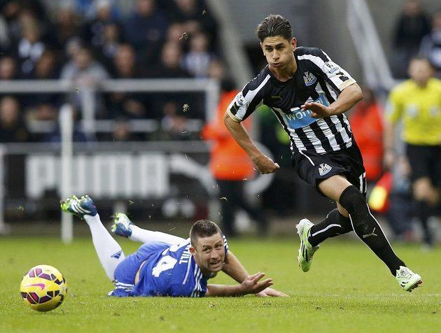 Obránce Chelsea Gary Cahill a unikající Ayoz Perez z Newcastlu United.