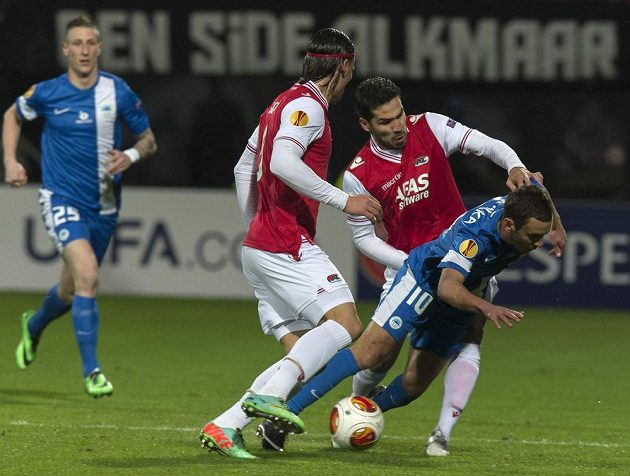 Celso Ortiz (druhý zprava) a Nemanja Gudelj z AZ Alkmaar se snaží obrat o míč libereckého záložníka Sergeje Rybalku (č. 10) v utkání Evropské ligy. Vzadu vlevo přihlíží obránce Slovanu Jiří Fleišman.