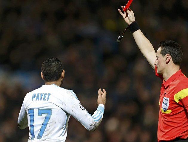 Rozhodčí Marijo Strahonja ukazuje červenou kartu fotbalistovi Marseille Payetovi.