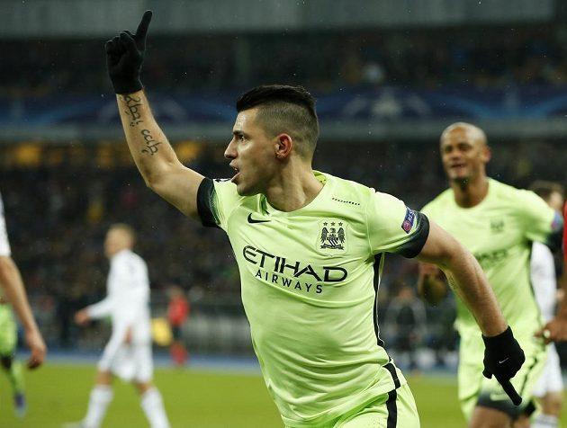 Útočník Manchesteru City Sergio Agüero se raduje z gólu na hřišti Dynama Kyjev.